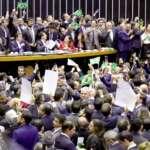 Reforma da Previdência é aprovada sob suspeita de compra de votos